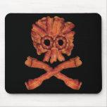 Cráneo y bandera pirata del tocino tapete de ratón