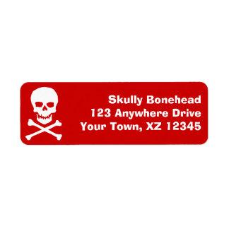 Cráneo y bandera pirata etiqueta de remite