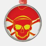 Cráneo y bandera pirata ornato