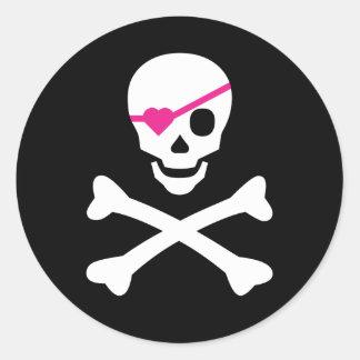 Cráneo y bandera pirata pegatina redonda