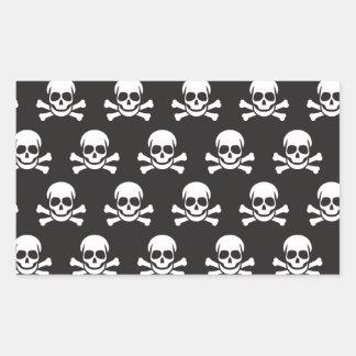 Cráneo y bandera pirata pegatina rectangular