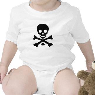 Cráneo y bandera pirata camisetas