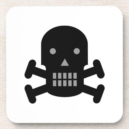 Cráneo y bandera pirata posavasos de bebida