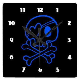 Cráneo y bandera pirata reloj cuadrado