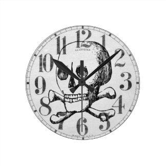 Cráneo y bandera pirata reloj redondo mediano