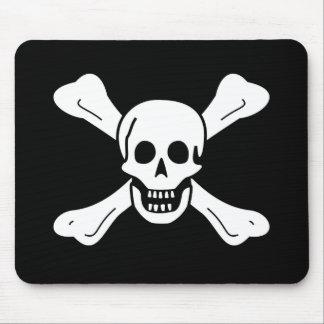 Cráneo y bandera pirata alfombrillas de ratón