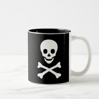 Cráneo y bandera pirata taza de café de dos colores