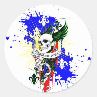 Cráneo y camisa de las alas SK8Board Pegatina Redonda