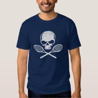 Cráneo y camiseta cruzada del tenis de las estafas poleras