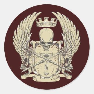 Cráneo y corona etiqueta redonda