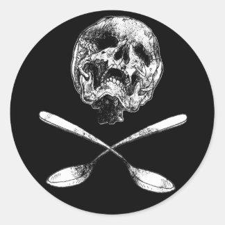Cráneo y cucharas pegatina redonda
