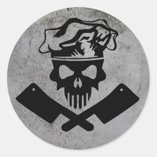 Cráneo y cuchillas del cocinero pegatina redonda