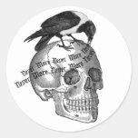 Cráneo y cuervo etiqueta redonda