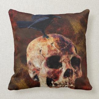 Cráneo y cuervo góticos espeluznantes - horror de almohadas