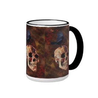 Cráneo y cuervo góticos espeluznantes - horror de tazas
