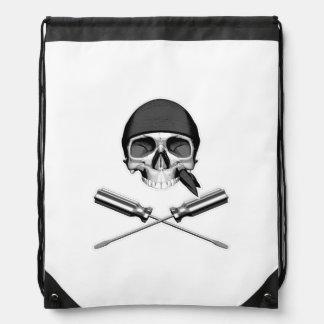 Cráneo y destornilladores mochila
