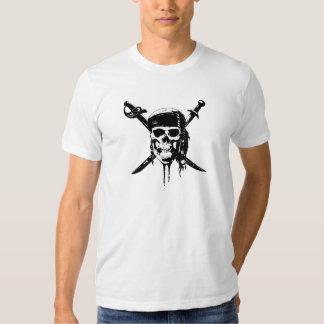 Cráneo y espadas blancos y negros del pirata playera