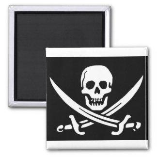 Cráneo y espadas del pirata imán cuadrado