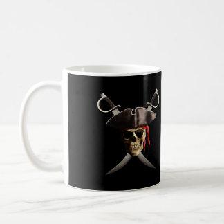 Cráneo y espadas del pirata taza básica blanca