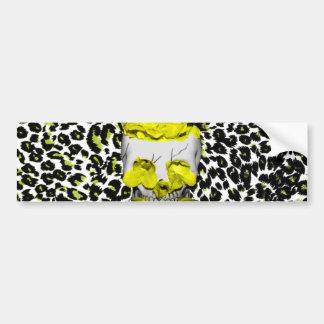 Cráneo y flores amarillas en estampado leopardo etiqueta de parachoque