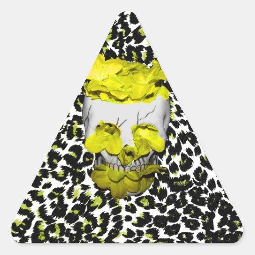 Cráneo y flores amarillas en estampado leopardo pegatina triangular