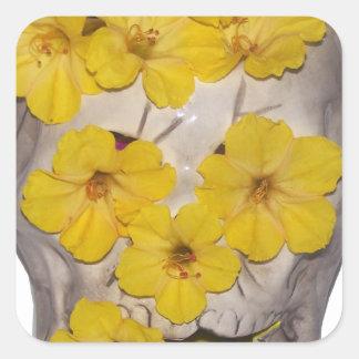 Cráneo y flores amarillas pegatina cuadrada