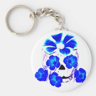 Cráneo y flores azules llaveros