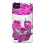 Cráneo y flores rosadas iPhone 4 carcasas