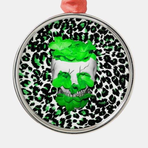 Cráneo y flores verdes en puntos del leopardo adorno redondo plateado