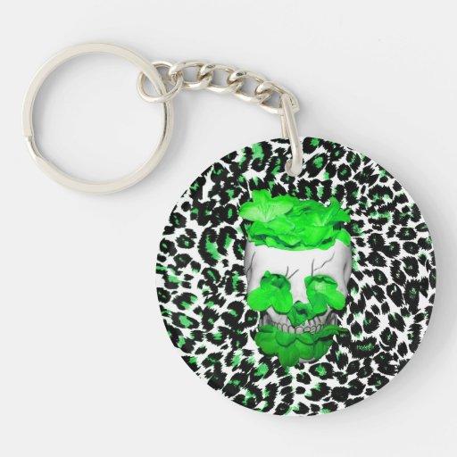 Cráneo y flores verdes en puntos del leopardo llaveros
