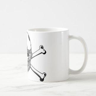 Cráneo y futbolista de los huesos de la cruz taza de café