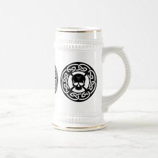 Cráneo y garrafa célticos de la bandera pirata jarra de cerveza