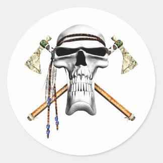 Cráneo y hachas de guerra pegatina redonda