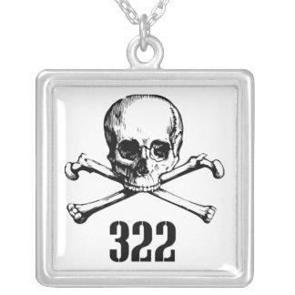 Cráneo y huesos 322 colgante cuadrado