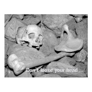 Cráneo y huesos en una cueva. No suelte su cabeza Tarjeta Postal