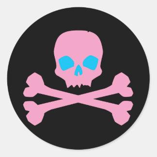 Cráneo y huesos rosados etiqueta redonda