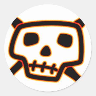 Cráneo y huesos torpes etiquetas redondas