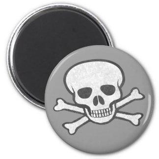Cráneo y imán grises de la bandera pirata
