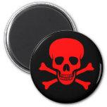 Cráneo y imán rojos de la bandera pirata