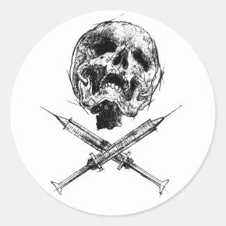 Cráneo y jeringuillas pegatina redonda