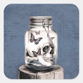 Cráneo y mariposas en tarro pegatina cuadrada