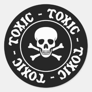 Cráneo y pegatina tóxicos de la bandera pirata