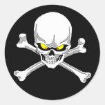 Cráneo y pegatinas de la bandera pirata pegatinas redondas