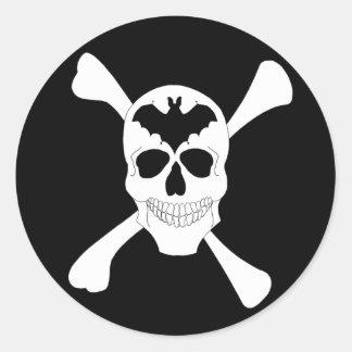 Cráneo y pegatinas de la bandera pirata pegatina redonda