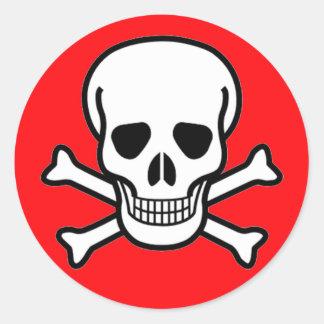 Cráneo y pirata de la bandera pirata pegatina redonda