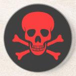 Cráneo y práctico de costa rojos de la bandera pir posavasos diseño