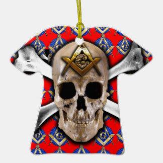 Cráneo y rojo brillante del cuadrado y del compás adorno de cerámica en forma de camiseta