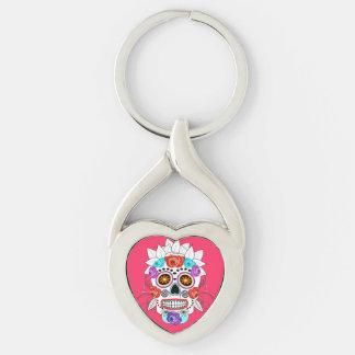Cráneo y rosas coloridos lindos del azúcar del llavero plateado en forma de corazón