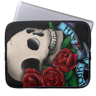 Cráneo y rosas con la bandera funda portátil