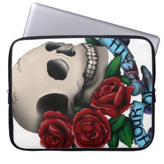 Cráneo y rosas con la bandera fundas ordendadores